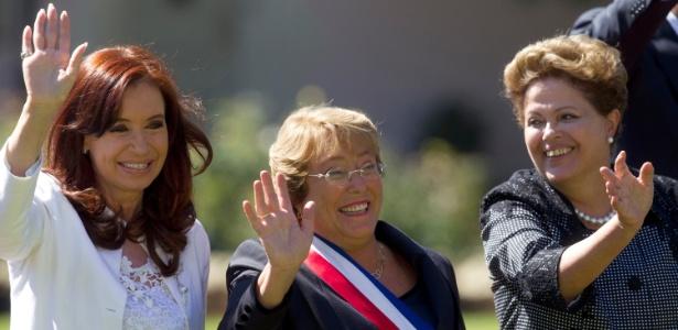 Em foto de 11 de março de 2014, a presidente do Chile, Michele Bachelet (centro), acena ao lado da então presidente da Argentina, Cristina Kirchner (esq) e da presidente afastada do Brasil, Dilma Rousseff (dir), no palácio de Cerro Castillo, em Viña del Mar, no Chile