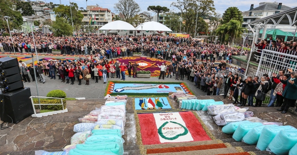 26.mai.2016 - Tapetes são montados pelas ruas de Flores da Cunha (RS) para celebrar o Corpus Christi. Os tapetes, na tradição católica, exaltam o amor ao Corpo de Cristo