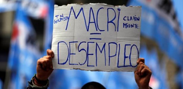 Manifestantes protestam contra medidas de Macri em frente à Casa Rosada