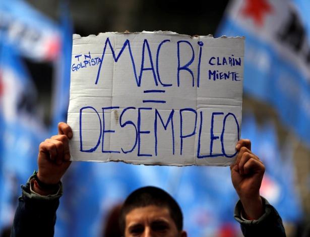 Manifestantes fazem protesto contra medidas do presidente Mauricio Macri em frente à Casa Rosada