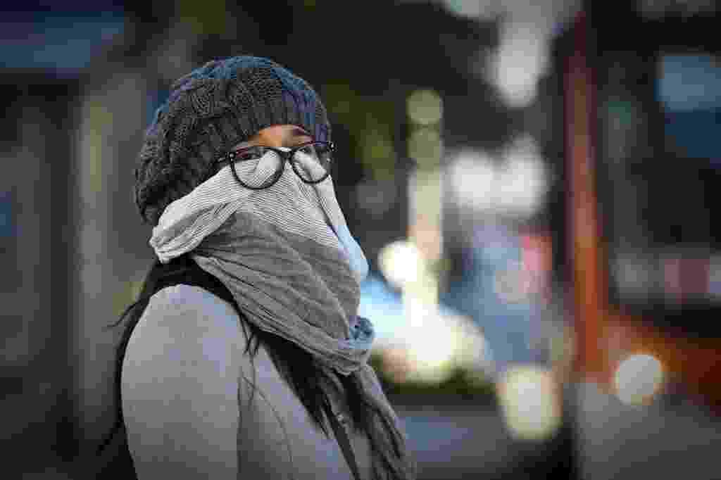 13.jun.2016 - Mulher se protege do frio na região da avenida Paulista. São Paulo mais uma madrugada de frio intenso. A cidade registrou, em média, 3,6°C, a menor temperatura mínima do ano, segundo informações do CGE (Centro de Gerenciamento de Emergências), da prefeitura - Zanone Fraissat/Folhapress