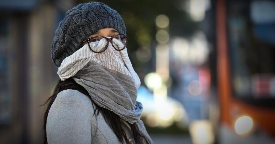 13.jun.2016 - Mulher se protege do frio na região da avenida Paulista. São Paulo mais uma madrugada de frio intenso. A cidade registrou, em média, 3,6°C, a menor temperatura mínima do ano, segundo informações do CGE (Centro de Gerenciamento de Emergências), da prefeitura