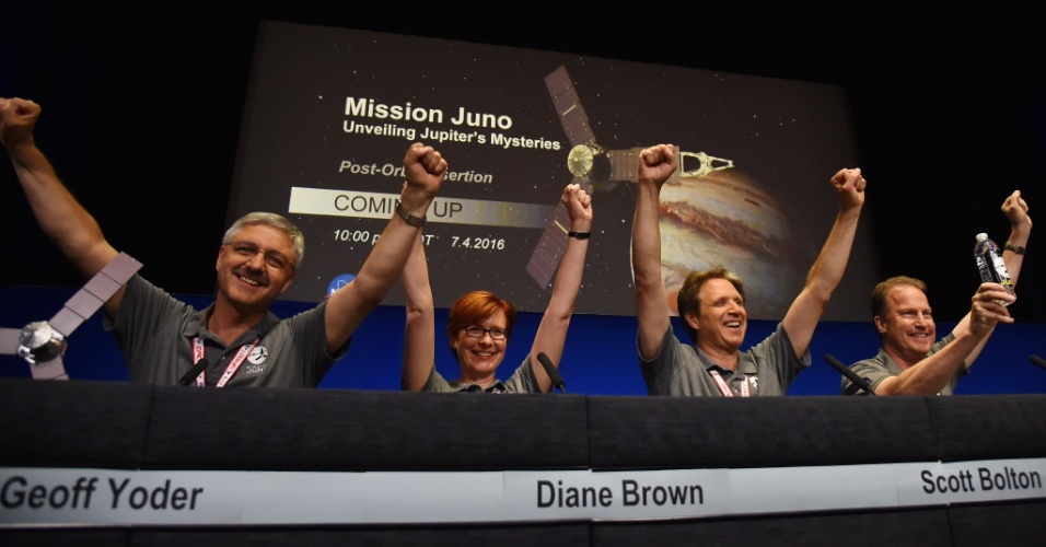 5.jul.2016 - Cientistas da Nasa comemoram após a sonda espacial Juno entrar com sucesso na órbita do planeta Júpiter, o maior do Sistema Solar. A missão, que custou de US$ 1,1 bilhão, chegou ao destino após cinco anos de viagem e deverá investigar o interior do gigante gasoso