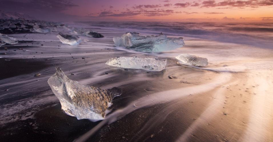 Aqui o sol também nasce. O sol nascendo no sul da Islândia, local famoso pelas praias de areia preta vulcânica e com impressionantes colunas de basalto