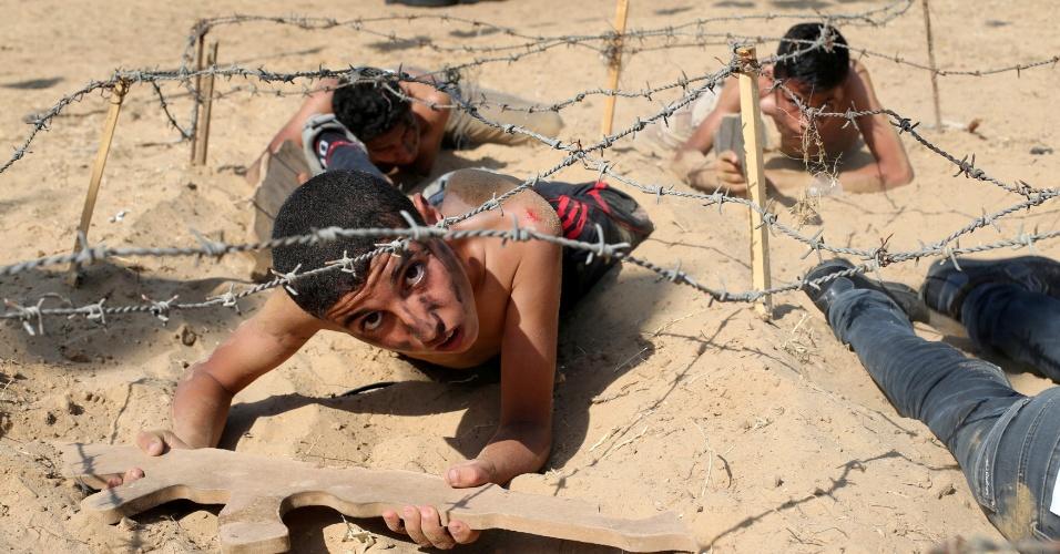 13.jul.2016 - Jovens, na maioria crianças e adolescentes, fazem treinamento militar em um acampamento de verão organizado pelo Movimento da Jihad Islâmica na Palestina em Khan Younis, ao sul da Faixa de Gaza