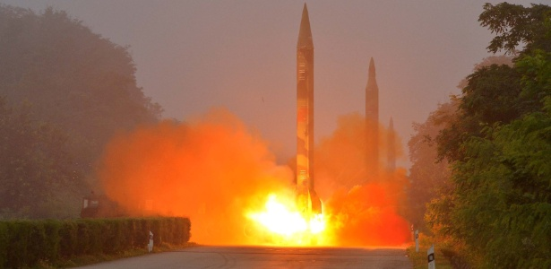 21.jul.2016 - Foguete balístico é lançado durante treinamento pela unidade de artilharia Hwasong, da Força Estratégica KPA, em Pyongyang, na Coreia do Norte - KCNA/Reuters