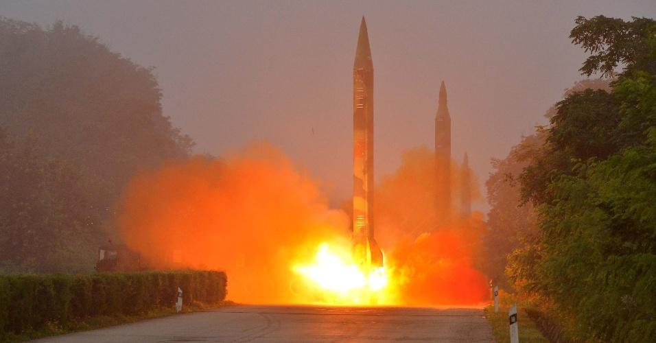 21.jul.2016 - Foguete balístico é lançado durante treinamento pela unidade de artilharia Hwasong, da Força Estratégica KPA, em Pyongyang, na Coreia do Norte