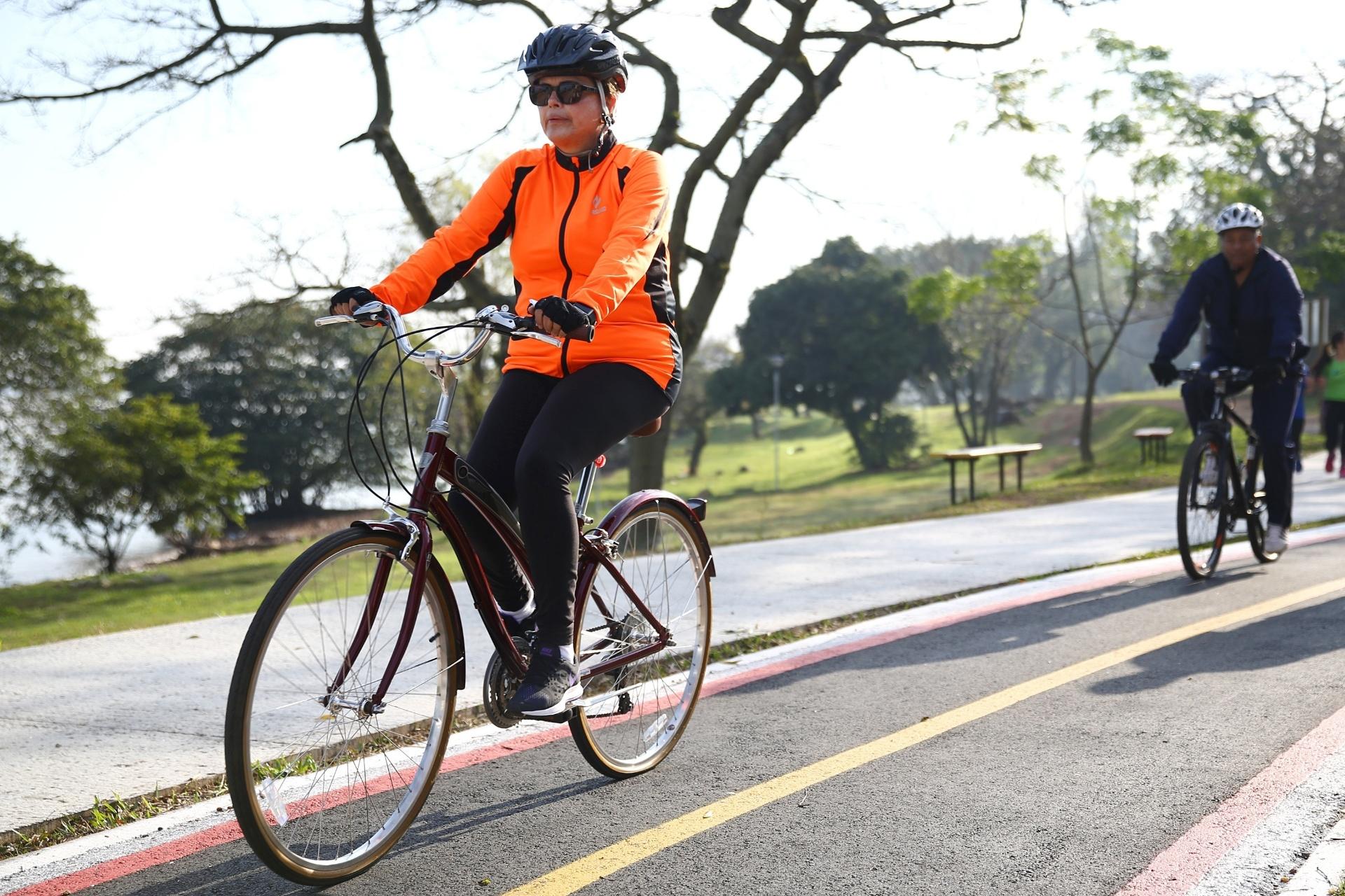 31.jul.2016 - A presidente afastada Dilma Rousseff, acompanhada de seguranças, andou de bicicleta mais uma vez em Porto Alegre (RS). Dilma passeou pela orla do Guaíba