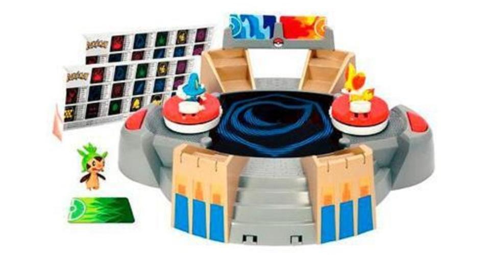 A Americanas.com oferece a arena de batalha pokémon por R$ 650; o produto inclui três miniaturas dos monstrinhos
