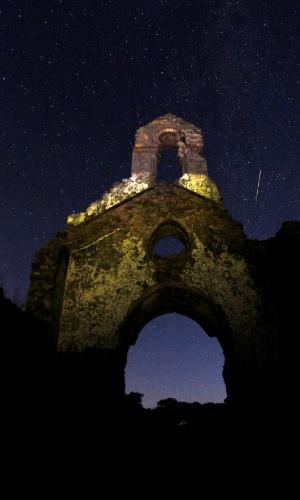 12.ago.2016 - Meteoro cruza o céu acima de ruínas de uma igreja em no Parque de Los Alcornocales, no vilarejo espanhol de La Sauceda. Chuva de meteoros foi melhor observada em regiões com menos luminosidade e pouca poluição