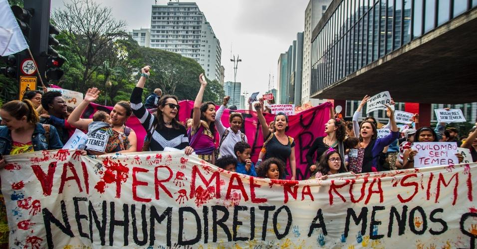 10.set.2016 - Um grupo de mães protesta contra o governo do presidente Michel Temer em frente ao Museu de Arte de São Paulo (Masp), na Avenida Paulista, em São Paulo