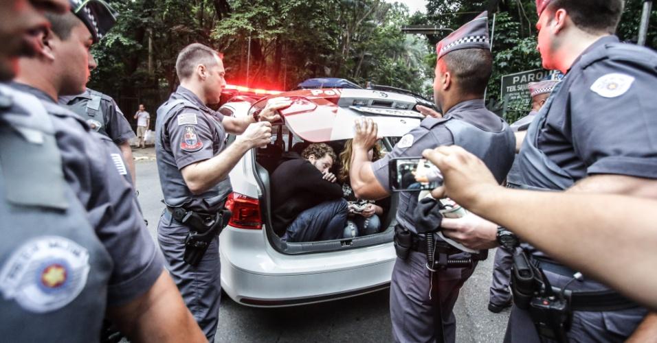 11.set.2016 - Um homem e uma jovem -- que seria menor de idade -- são detidos durante ato contra o governo do presidente Michel Temer na Avenida Paulista, na região central de São Paulo