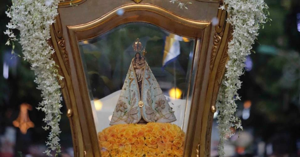 8.out.2016 - Imagem Peregrina de Nossa Senhora de Nazaré é carregada durante romaria conhecida como procissão luminosa, em Belém (PA), dentro do Círio de Nazaré, que reúne milhares de devotos