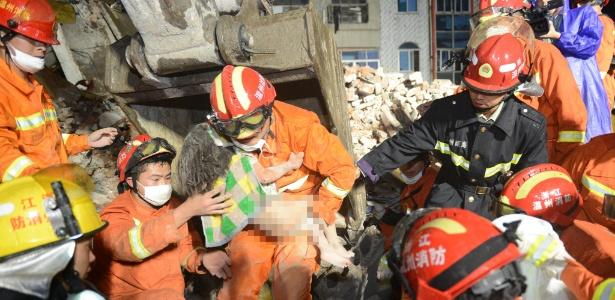 Menina é retirada dos escombros de um prédio que desabou em Wenzhou, na China