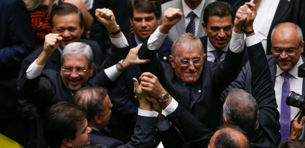 Relator da PEC do Tteto na Câmara, deputado Darcísio Perondi (PMDB-RS, ao centro, de óculos), comemora a aprovação em 1º turno