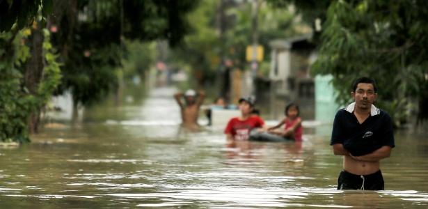 Após dias de fortes chuvas, a água alaga casas e ruas em várias localidades