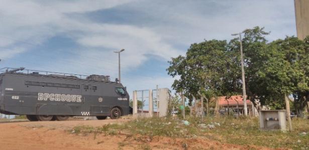 Carro blindado da Polícia Militar chega à Penitenciária Estadual de Alcaçuz, em Nísia Floresta (RN)