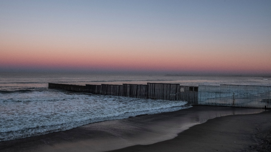 A cerca que se estende para o Oceano Pacífico em Tijuana, na fronteira entre México e EUA - Bryan Denton/The New York Times