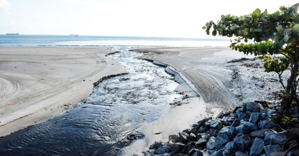 3.fev.2017 - Esgoto sem tratamento é despejado no mar no bairro de Jaraguá em Maceió, Alagoas