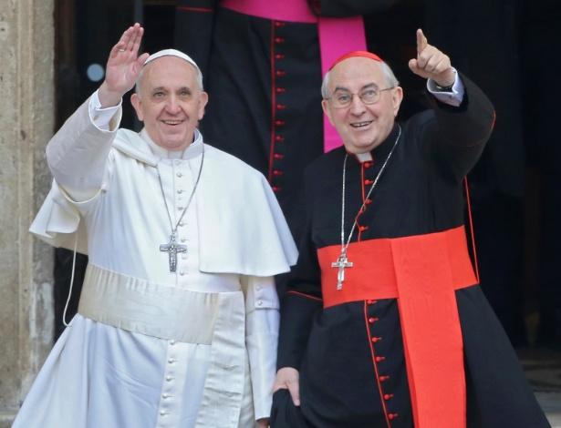14.mar.2013 - O papa Francisco ao lado do vigário de Roma, cardeal Agostino Vallini