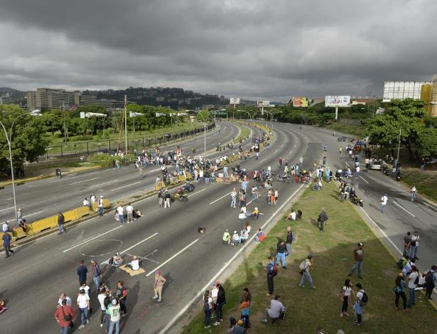 15.mai.2017 - Opositores venezuelanos bloqueiam avenidas e fazem 'plantão contra ditadura' de Maduro