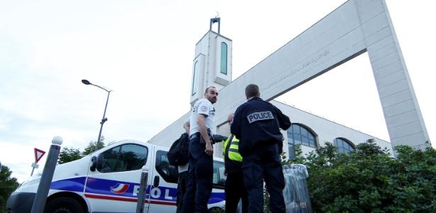 29.jun.2017 - Policiais investigam área próxima a mesquita em Créteil, subúrbio de Paris, na França