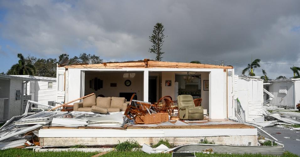 11.set.2017 - Os ventos de 250 Km/h provocados pelo furacão devastaram muitas casas em Nápoles, na Flórida (EUA)