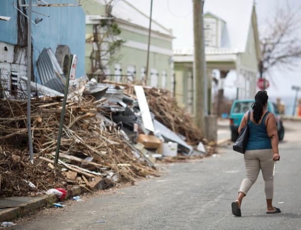 Detritos empilhados em uma estrada em Frederiksted, na ilha de St. Croix, nas Ilhas Virgens