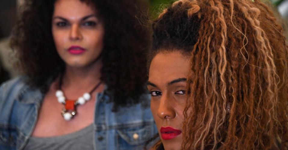 """7.set.2017 - As cantoras transgênero da banda """"As Bahias e a Cozinha Mineira"""", Raquel Virginia (esq.) e Assucena Assucena, em hotel no Rio de Janeiro"""