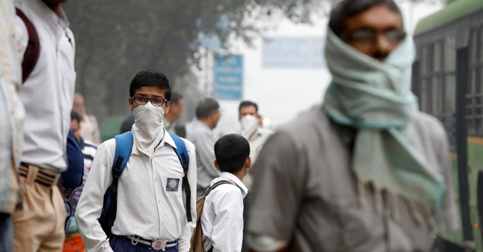 8.nov.2017 - Estudantes cobrem o rosto para se protegerem do ar poluído em Nova Déli. O governo da capital indiana determinou que todas as escolas de Nova Déli permaneçam fechadas até domingo para proteger as crianças do forte aumento da poluição do ar