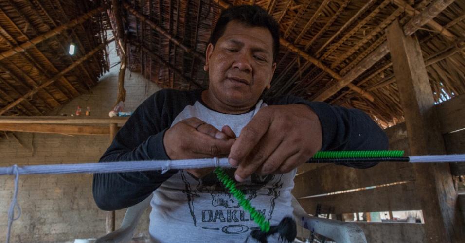 1º.dez.2017 - O indígena Bendjai Kayapó produz colar artesanal, atividade auxiliar no sustento da família