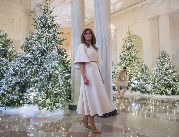 A primeira-dama dos EUA, Melania Trump, posou para fotografias junto à decoração de Natal - Getty Images