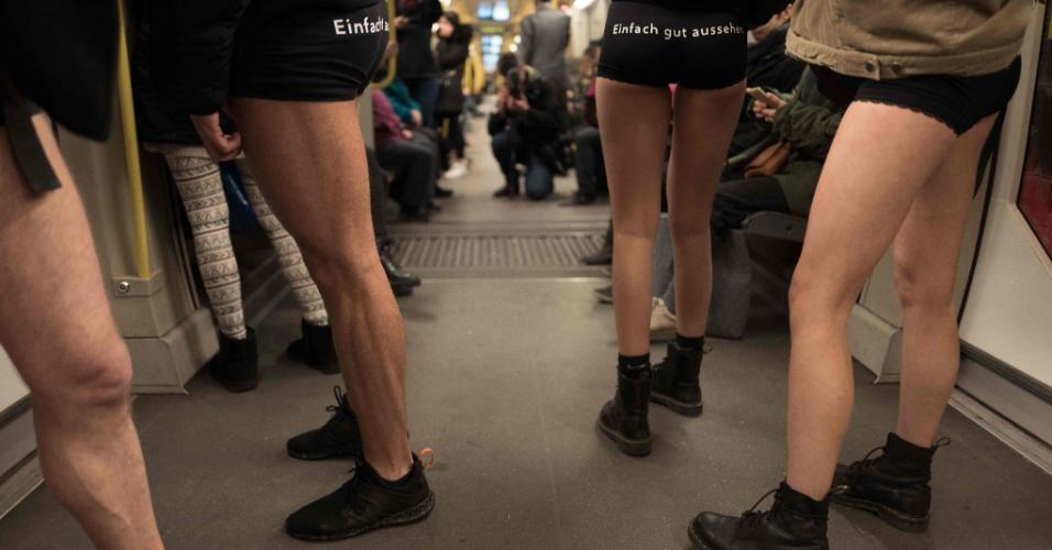 7.jan.2018 - Dezenas de berlinenses participaram do No Pants Subway Ride neste domingo