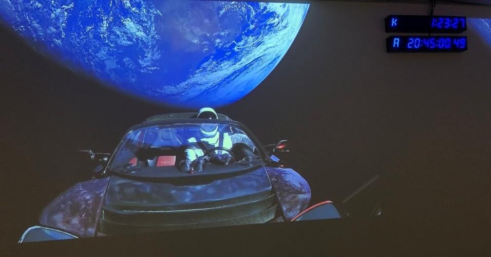 """Com um manequim com traje espacial, o carro chegou em órbita em volta da Terra, mas levará cerca de 6 meses para chegar à orbita de Marte, mas deverá ficar no espaço por """"centenas de milhões de anos"""""""