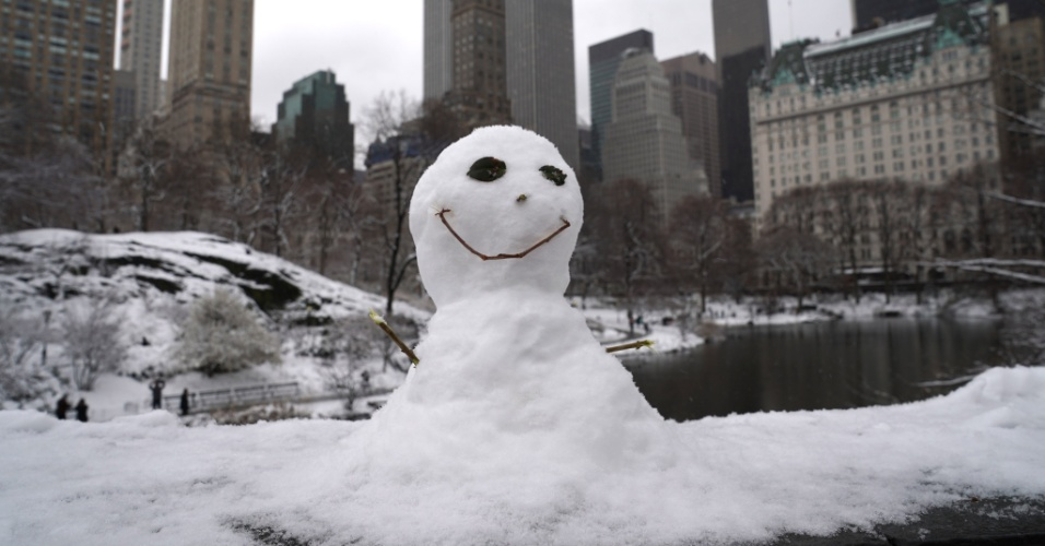 21.mar.2018 - Boneco de neve na ponte Gapstow no Central Park em Nova York, EUA