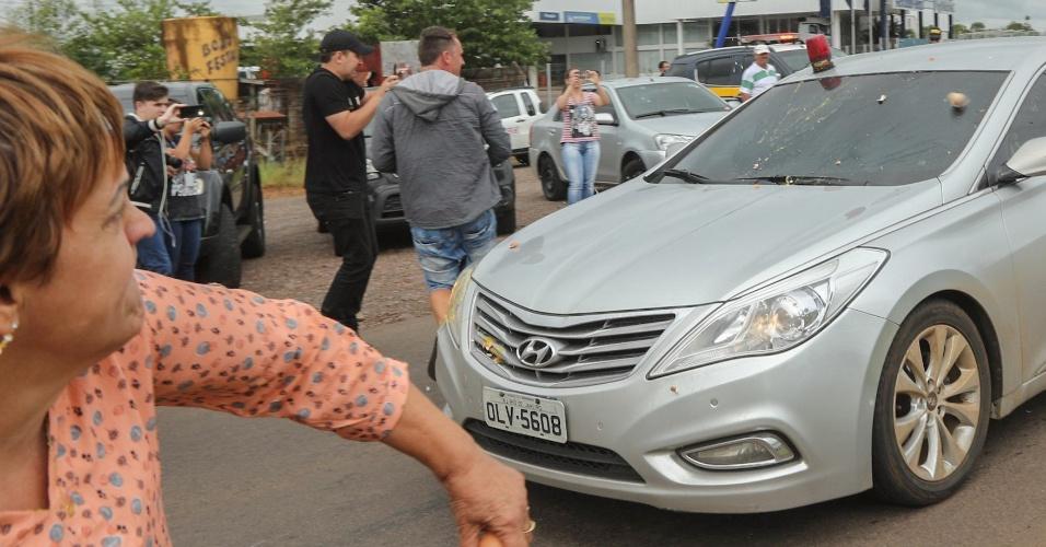 25.mar.2018 - Manifestantes jogam ovos e pedras na comitiva do ex-presidente Luiz Inácio Lula da Silva na chegada da caravana petista em São Miguel do Oeste (SC)
