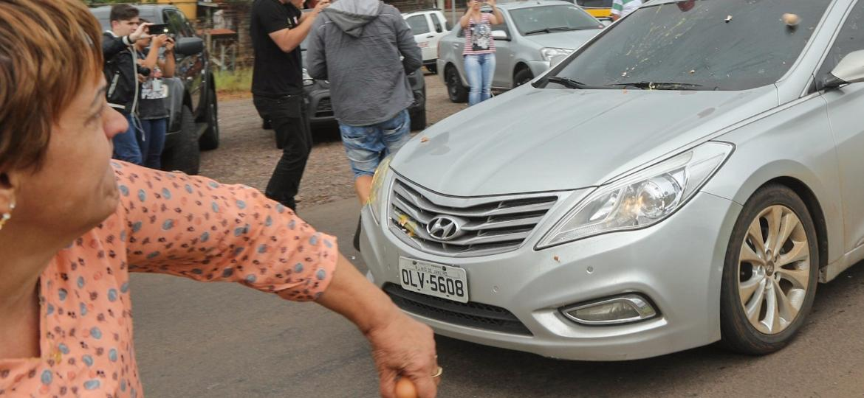 25.mar.2018 - Manifestantes jogam ovos e pedras na comitiva do ex-presidente Luiz Inácio Lula da Silva na chegada da caravana petista em São Miguel do Oeste (SC) - DANIEL TEIXEIRA/ESTADÃO CONTEÚDO