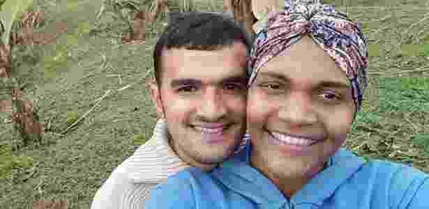 Fabiana Soares da Silva com o namorado, Rafael Santos. Diagnosticada com um tumor ósseo, ela não consegue marcar cirurgia - Arquivo Pessoal - Arquivo Pessoal