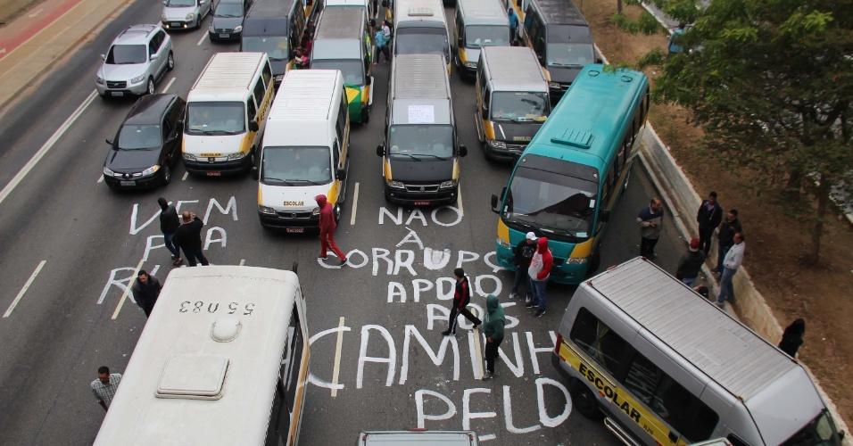 Condutores de vans escolares em protesto na avenida Radial Leste, na altura do metrô Carrão, em São Paulo, nesta manhã de segunda-feira (28), em apoio aos caminhoneiros e contra o preço no aumento dos combustíveis. Eles saíram da rua Forte do Araxá, no bairro de São Mateus. Os condutores fecharam parte da Radial
