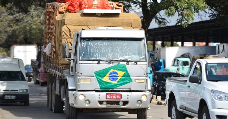 30.mai-2018 - Caminhão chega à Central de Abastecimento de Minas Gerais (Ceasa Minas), em Contagem