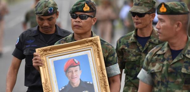 Militares da Tailândia homenageiam mergulhador morto - Panumas Sanguanwong/Reuters