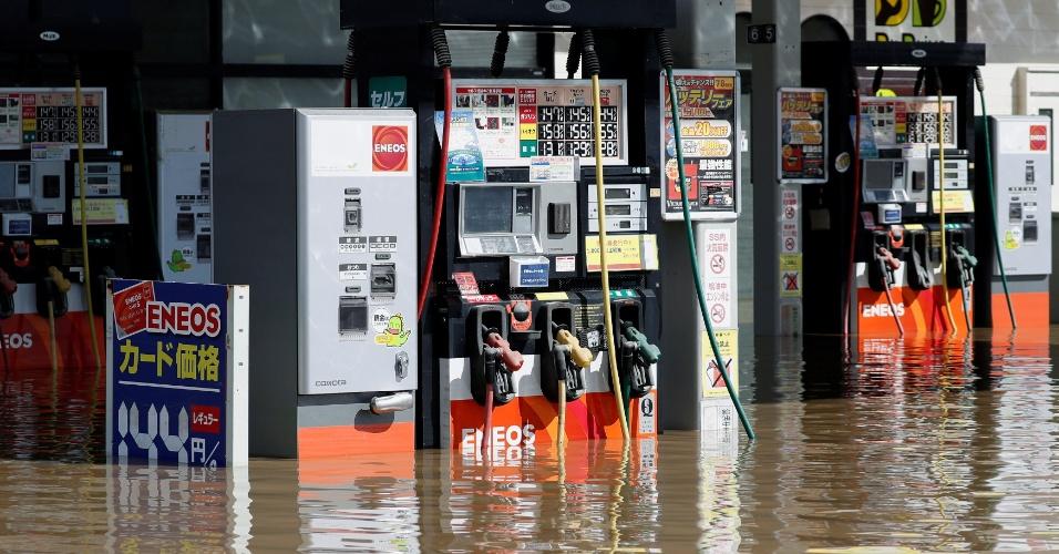 8.jul.2018 - Posto de gasolina alagado devido às fortes chuvas que atingem a cidade de Kurashiki, província de Okayama