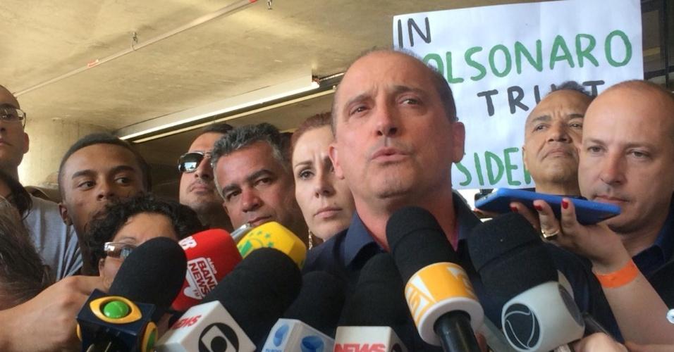 7.set.2018 - O deputado federal Onyx Lorenzoni (DEM-RS) dá entrevista no hospital Albert Einstein, em São Paulo, onde Jair Bolsonaro (PSL) foi internado após levar facada em Juiz de Fora (MG)