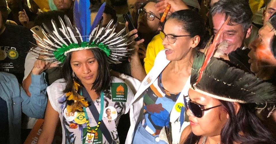 13.set.2018 - Marina Silva posa com indígenas durante ato de campanha em Brasília