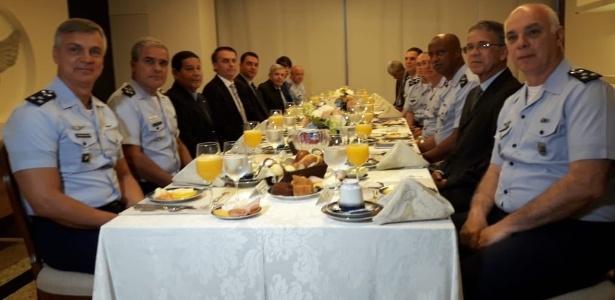 O presidente eleito, Jair Bolsonaro, participa de um café da manhã com oficiais da Aeronáutica em Brasília - Reprodução/Twitter FAB