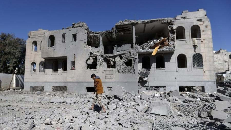 A guerra dura mais de três anos e nela já morreram 6.800 pessoas. - AFP