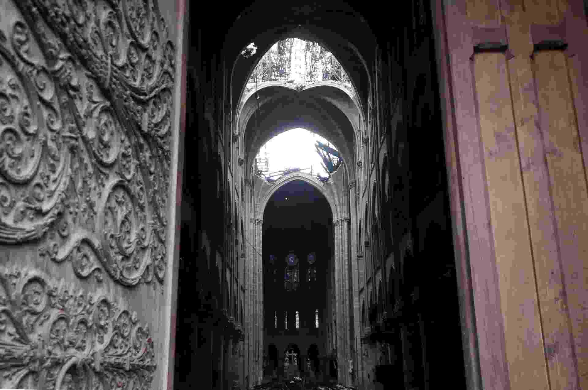 16.abr.2019 - Uma foto tirada em 16 de abril de 2019 mostra uma vista interior da Catedral de Notre-Dame, em Paris, no rescaldo de um incêndio que devastou a catedral. - O Corpo de Bombeiros de Paris anunciou que os últimos remanescentes do incêndio foram extintos em 16 de abril, 15 horas após o início do incêndio - Christophe Petit/AFP