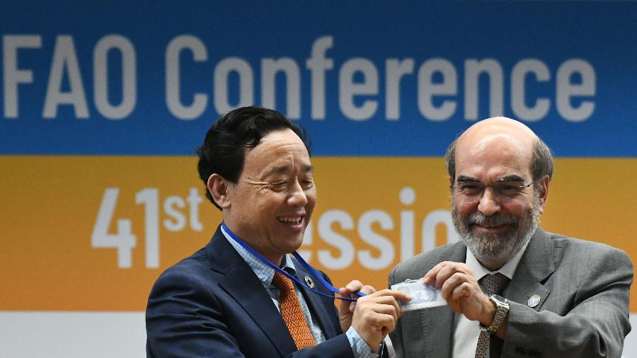 O chinês Qu Dongyyu, novo diretor-geral da FAO, e o brasileiro José Graziano da Silva, que deixa cargo após oito anos - Vincenzo Pinto/AFP