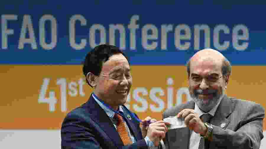23.jun.2019 - O chinês Qu Dongyyu, eleito para ser o novo diretor-geral da FAO, e o brasileiro José Graziano da Silva, atual diretor-geral - Vincenzo Pinto/AFP