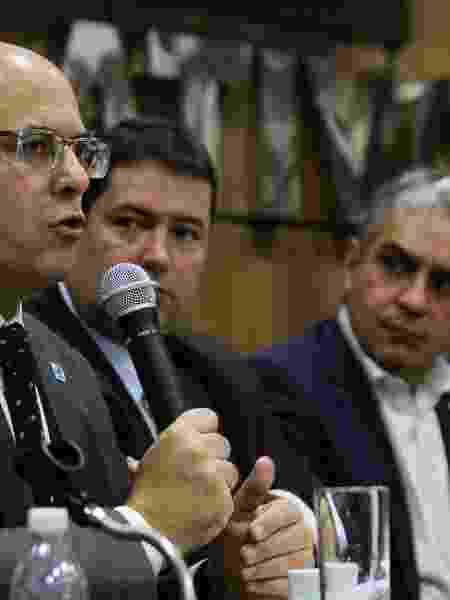 Ceciliano (ao fundo) observa Witzel (em primeiro plano), durante anúncio da expansão do Programa Segurança Presente - Suellen Lessa/Alerj/Divulgação